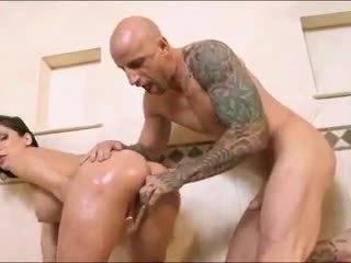 Грудаста брюнетка порно зірка aleksa nicole oils вгору її дупа в the душ