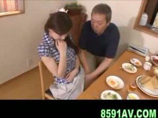Prsnaté manželka gives staršie človek fajčenie