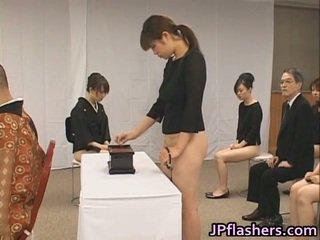 Asia gadis pergi untuk gereja setengah telanjang