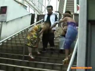 Azjatyckie cios praca onto the stairs