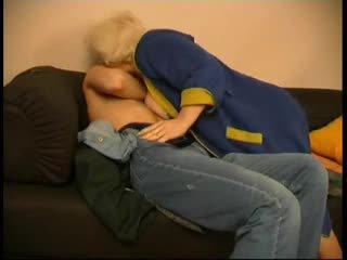 러시아의 성숙한 엄마 과 그녀의 소년! 아마추어!