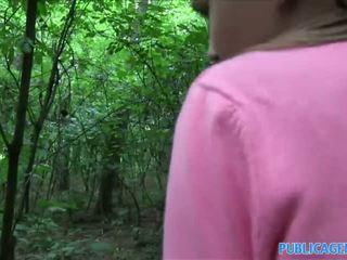 Publicagent innocent הסתכלות נוער מזיין ב the woods