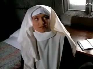 Abbess in sexy lingerie billenkoek non getting haar poesje licked licking op de bed