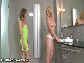 Meitenes uz the vannas istaba