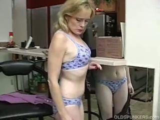 Super seksikas vanem daam on nii kiimas ta has kuni masturbate