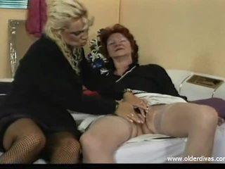 Velho lésbicas em negócio suits obter ele em