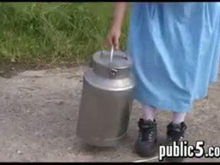媽媽我喜歡操 milking 她的 大 乳房 outdoors