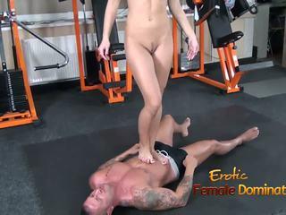 Abbie cat tramples на роб в дънки след това нудисти: hd порно b8