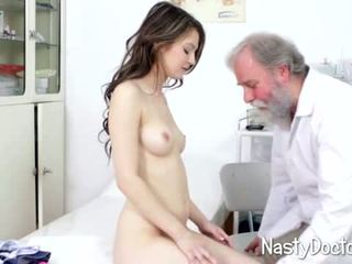 Špinavý starý doc examines dospívající kočička
