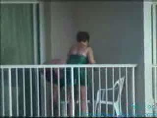 Pillados en el balcon