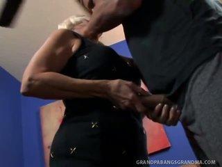 Grand boobie grand-mère vikki vaughn likes coarse grand bite sexe