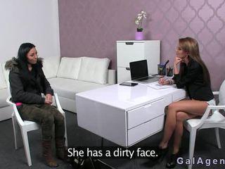 Hot brunette toying på casting i foran av female agent