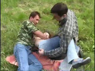 Jauns meitene raped līdz two guys uz the mežs