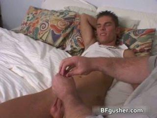 Brandon acquires 他的 性感 同性戀者 陰莖 jerked