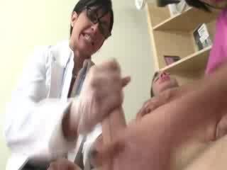 डॉक्टर और assistant चूसना the patients कठिन कॉक दौरान दर्शन