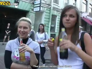 Sensuous drunken sweeties expose azok tushes és cicik nál nél a buli