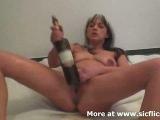 잔인한 휘 스팅 과 포도주 bottles 확인 그녀의 분출