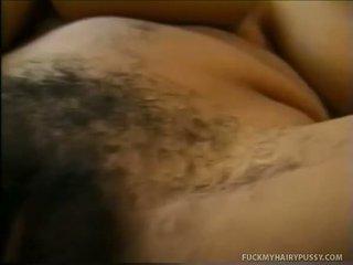 Μωρό παρουσίαση αυτήν βυζιά και masturbates μαλλιαρό muff