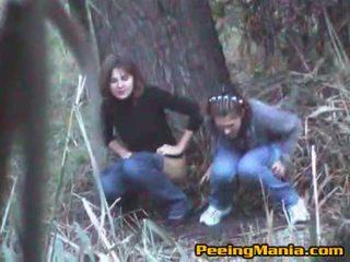 Lányok elcsípett pisi belül a erdő