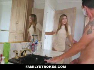 Familystrokes - dcéra fucks step-dad zatiaľ čo mama showers