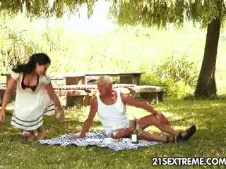 נוער cutie s קינקי picnic עם a סבא