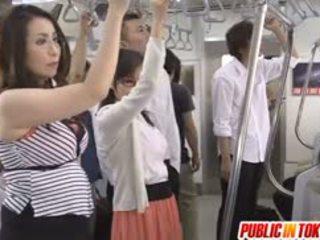 Japanska av modell sucks balle i tåg orgia