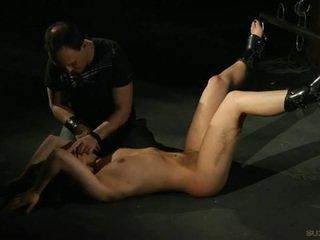 Seksuālā brunete vergs gets burned ar candle wax