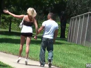 Magrissima sgualdrina rides un cazzo