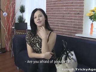 Jong brunette gets anaal geneukt hard!