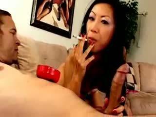Chesty aasia lipakas dia zerva smokes ja gives suhuvõtmine