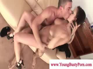 Sexy bigtit donker haired tittyfuckingand zuigen dong