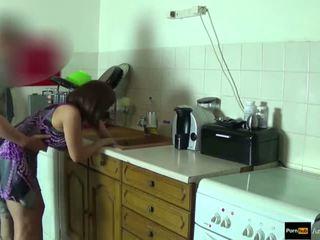 Step-mom fuerza follada y llegar corrida interna por step-son mientras ella es stuck