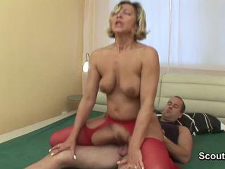 媽媽 wake 向上 什麼時候 男孩 觸摸 她的 和 得到 性交 硬