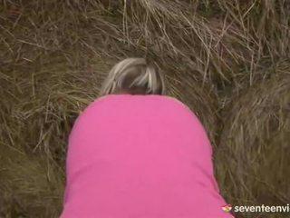 Підліток ціпонька мастурбує усередині the haystack