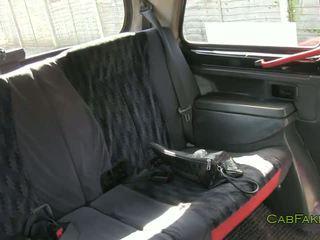 طبيعي ضخم الثدي امرأة سمراء مارس الجنس في fake taxi