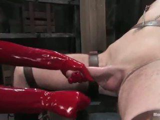 Onderdanig persoon having penis tortured in vrouw dominantie roped activiteit