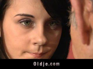 Leila pratique sexuel exercises avec vieux homme