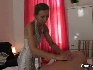 I vjetër masseuse gets të saj me lesh mbërthim pounded