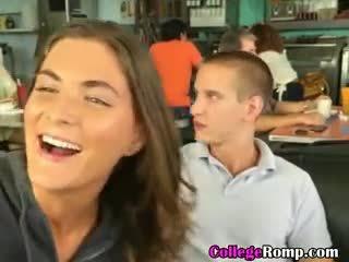 Meine hochschule freundin giving blowjob im öffentlich diner