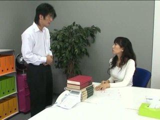 เอเชีย ออฟฟิศ หญิง ใน ถุงน่องแบบมีสายรัด และ เธอ coworker