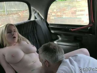 Enorme poppe bionda fica licked in taxi