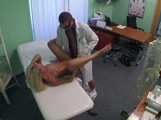الطبيب مع قفازات finger سخيف شقراء في مكتب