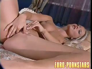 Blondine sophie moone masturberen solo op haar ottoman