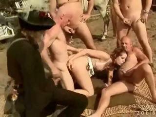 Two grandpas zkurvenej a čurající na horký busty dívka