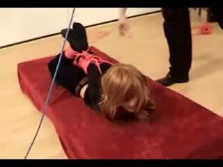 Meitene getting hogtied lifted augšup līdz meistars par the mattress
