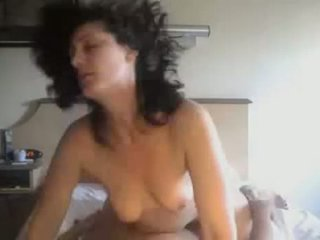 Amatore çift qirje në private në kushte shtëpie video