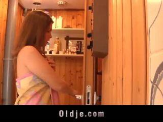 Grey i vjetër njeri seduced nga teeny vajzë në the sauna fucks e lagur pidh <span class=duration>- 6 min</span>
