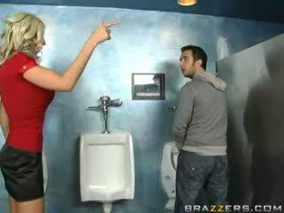 Humalassa milf sucks sisään suihku!