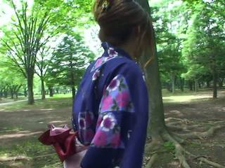Hot geisha i uniform sucks kuk i den toilets
