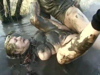 Nerātnas porno sniegums aizvērt līdz a nejaukas vecmāte having got laid uz the mud